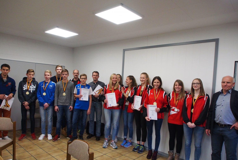 Vertreter der Siegermannschaften vom TuS Wunstorf und TSV Neustadt und Vereinsvertreter des TSV Burgdorf und Garbsener SC